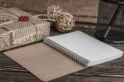 Notizbuchstift und ein Kasten alte Bücher auf einer Tabelle Lizenzfreie Stockbilder