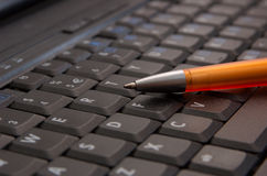 Notizbuchtastatur mit Feder lizenzfreie stockfotos