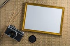 Notizbuchweiß auf einem Bretterboden mit einer Filmkamera Lizenzfreie Stockfotos