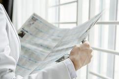 Notizie dal mondo degli affari della lettura Immagini Stock Libere da Diritti