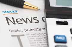Notizie degli stock, penna, calcolatore, banche, titoli della proprietà Fotografia Stock