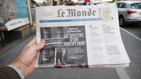 Notizie della lettura dell'uomo circa Brexit nel chiosco francese della stampa stock footage