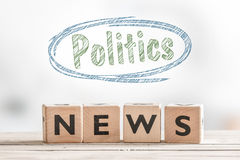 Notizie di politica su una tavola di legno immagini stock
