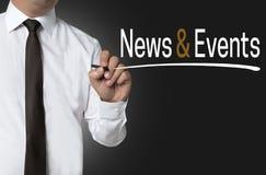 Notizie ed eventi scritti dal fondo dell'uomo d'affari immagini stock libere da diritti