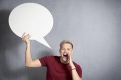 Notizie gridanti dell'uomo con impulso di discorso a disposizione. Fotografie Stock