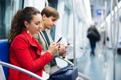 Notizie leggenti della gente con i telefoni Immagini Stock Libere da Diritti