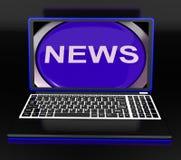 Notizie sul computer portatile che mostra manifestazione di giornalismo Fotografia Stock
