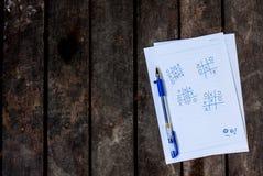 Notizpapier auf alter hölzerner Tabelle stockfotos