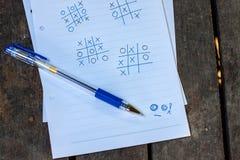 Notizpapier auf alter hölzerner Tabelle stockbilder