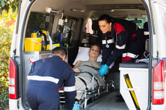 Notmedizinisches Personal, das Patienten transportiert Stockfotos