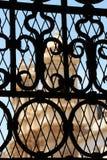 一个教会通过一个锻铁门,从noto 库存照片
