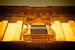 NOTO, ITALIA - diseño tradicional de la ventana en el cierre t del monasterio Imagenes de archivo