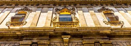 NOTO, ITALIA - diseño tradicional de la ventana en el cierre t del monasterio Imagen de archivo libre de regalías
