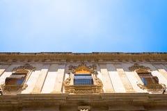 NOTO, ITALIA - diseño tradicional de la ventana en el cierre t del monasterio Foto de archivo
