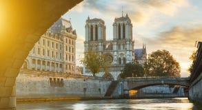 Notre κυρία de Παρίσι και ποταμός του Σηκουάνα στο Παρίσι, Γαλλία Στοκ Φωτογραφία