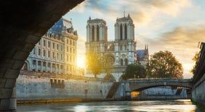 Notre κυρία de Παρίσι και ποταμός του Σηκουάνα στο Παρίσι, Γαλλία Στοκ φωτογραφία με δικαίωμα ελεύθερης χρήσης
