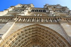 回到银行大教堂贵妇人法国留给notre巴黎侧视图 库存图片