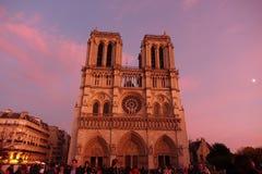 Notre apretado Dame Cathedral en París durante puesta del sol fotos de archivo