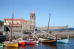 Notre-Dama-DES-Anges y barcos en Collioure Foto de archivo libre de regalías