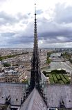 Notre Damae katedra, Paryż, Francja Iglica, apostołowie, wonton rzeka i pejzaż miejski od, górujemy punkt widzenia zdjęcie royalty free