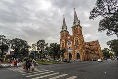 NOTRE DAMAE Katedralny wietnamczyk: SAIGON WIETNAM, JAN - 23, 2017 - Nha Tho Duc półdupki w zmierzchu, budowa w 1883 w Ho Chi Min Obraz Stock