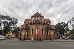 NOTRE DAMAE Katedralny wietnamczyk: SAIGON WIETNAM, JAN - 23, 2017 - Nha Tho Duc półdupki w zmierzchu, budowa w 1883 w Ho Chi Min Obrazy Stock