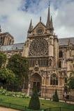 Notre Dame哥特式大教堂的边在巴黎的市中心 库存照片