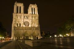 Notre Dame在晚上在巴黎 免版税库存照片