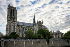 Notre Dame大教堂与蓝色多云天空的de巴黎 库存图片