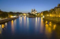 Notre Dame大教堂在巴黎在晚上 免版税库存图片