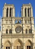 Notre Dame大教堂 法国巴黎 与太阳光的哥特式门面 晴天,蓝天 库存照片