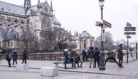Notre Dame大教堂 游人走并且拍照片 免版税库存图片
