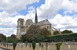 Notre Dame尖顶、La弗莱切和在火前的木屋顶 r 免版税库存照片