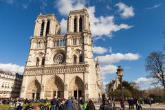 Notre Dame的,著名天主教,旅游业地标人们在巴黎法国 免版税库存图片