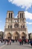 Notre Dame的,著名天主教,旅游业地标人们在巴黎法国 免版税库存照片