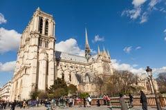 Notre Dame的,著名天主教,旅游业地标人们在巴黎法国 免版税图库摄影