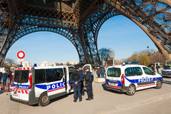 守卫Notre Dame的法国警察在巴黎 免版税库存照片
