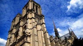 Notre Dame Against las nubes, París, Francia Foto de archivo