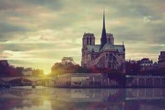 Notre Dame au coucher du soleil à Paris, France Images stock