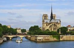 Notre Dame auf dem Fluss Seine, Paris Stockbild