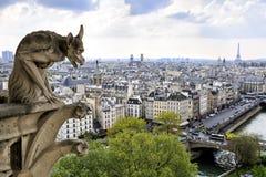 Notre Dame av Paris: Berömd skenbild (demon) som förbiser Eiffeltorn på en vårdag, Frankrike Arkivbild