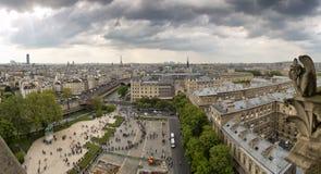 Notre Dame av Paris: Berömd skenbild som förbiser Eiffeltorn på en vårdag, Frankrike Royaltyfri Foto