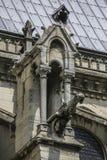 Notre Dame av Paris, Frankrike, forntida staty på taket, vattenkastare royaltyfria foton