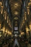 Notre Dame av Paris, Frankrike, interiours med valvgångar royaltyfria foton