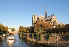 Notre Dame av Paris och det turist- fartyget Arkivfoton