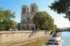 Notre Dame av Paris och det turist- fartyget på Seinet River Royaltyfria Bilder