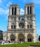 Notre Dame avec les groupes de touristes Photo libre de droits