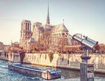 Notre Dame bakre sikt med kikare royaltyfria bilder