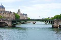 Notre Dame Bridge über dem Fluss die Seine in Paris, Frankreich, mit Gerichtsvollziehern-Audienciers des Handelsgerichts der Sein lizenzfreie stockfotografie