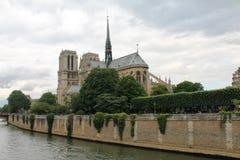 Notre Dame Cathedral à travers la rivière la Seine, Paris, France Photos stock